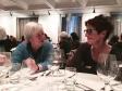 Am Bankett diskutieren Claudine Traber und Monika Oettli - Claudine Traber et Monika Oettli discutent.